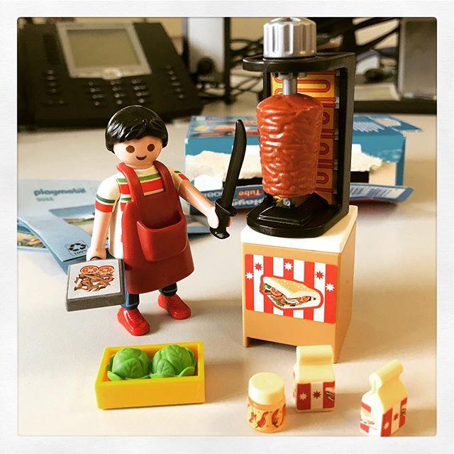 Neues Spielzeug im Büro: #Döner Mann mit kleiner Dose scharf ???? ???? #playmobil