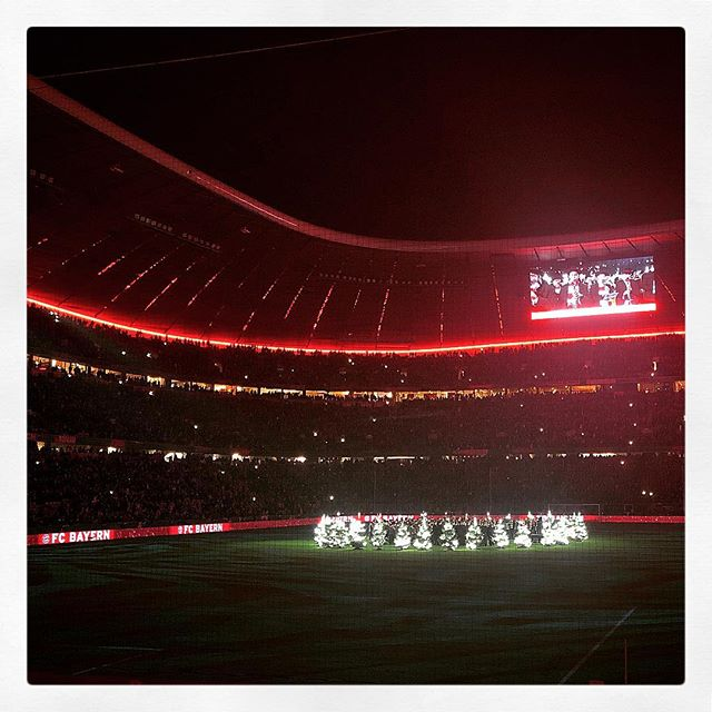 Nach dem Einzug ins #Viertelfinale wurde es gestern in der #AllianzArena noch weihnachtlich. ???? #fcbayern #münchen